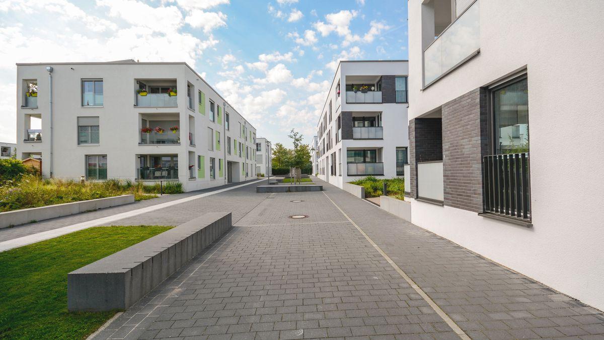 Moderne Neubau Mehrfamilienhäuser in einer neuen Wohnanlage in der Stadt.
