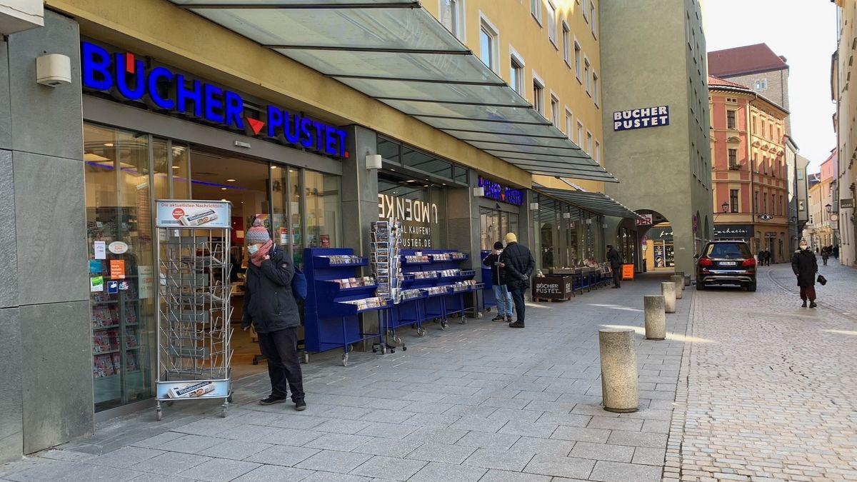 """Der Eingang der Buchhandlung """"Bücher Pustet"""" in der Regensburger Innenstadt"""
