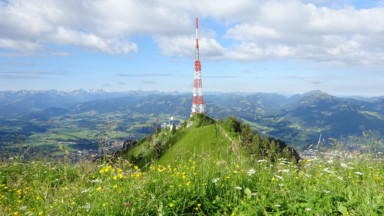 Der Gipfel des Grünten mit weiß-rotem BR-Sendemast.