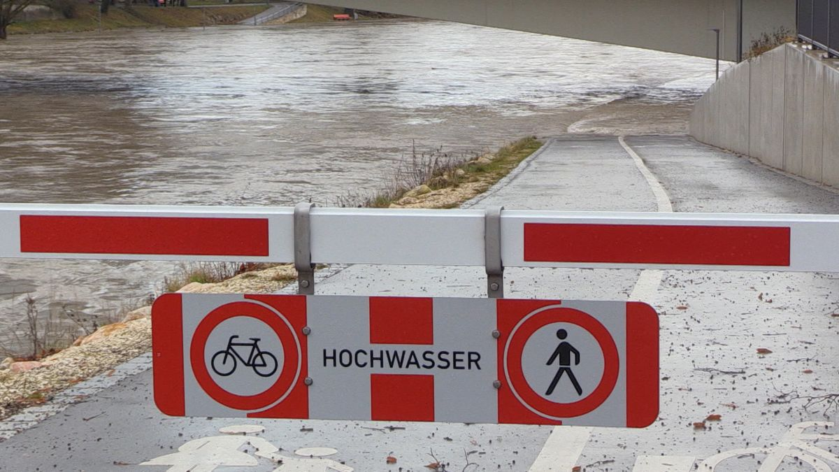 Dauerregen und Überflutungen haben in Bayern für zahlreiche Einsätze der Feuerwehr gesorgt.