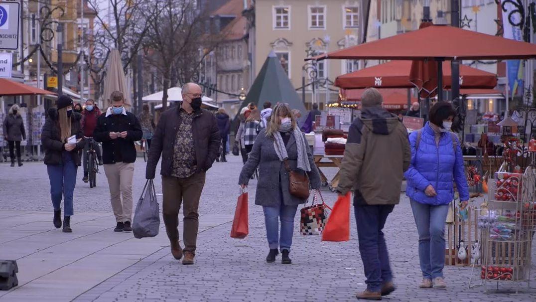 Passantinnen und Passanten in der Innenstadt