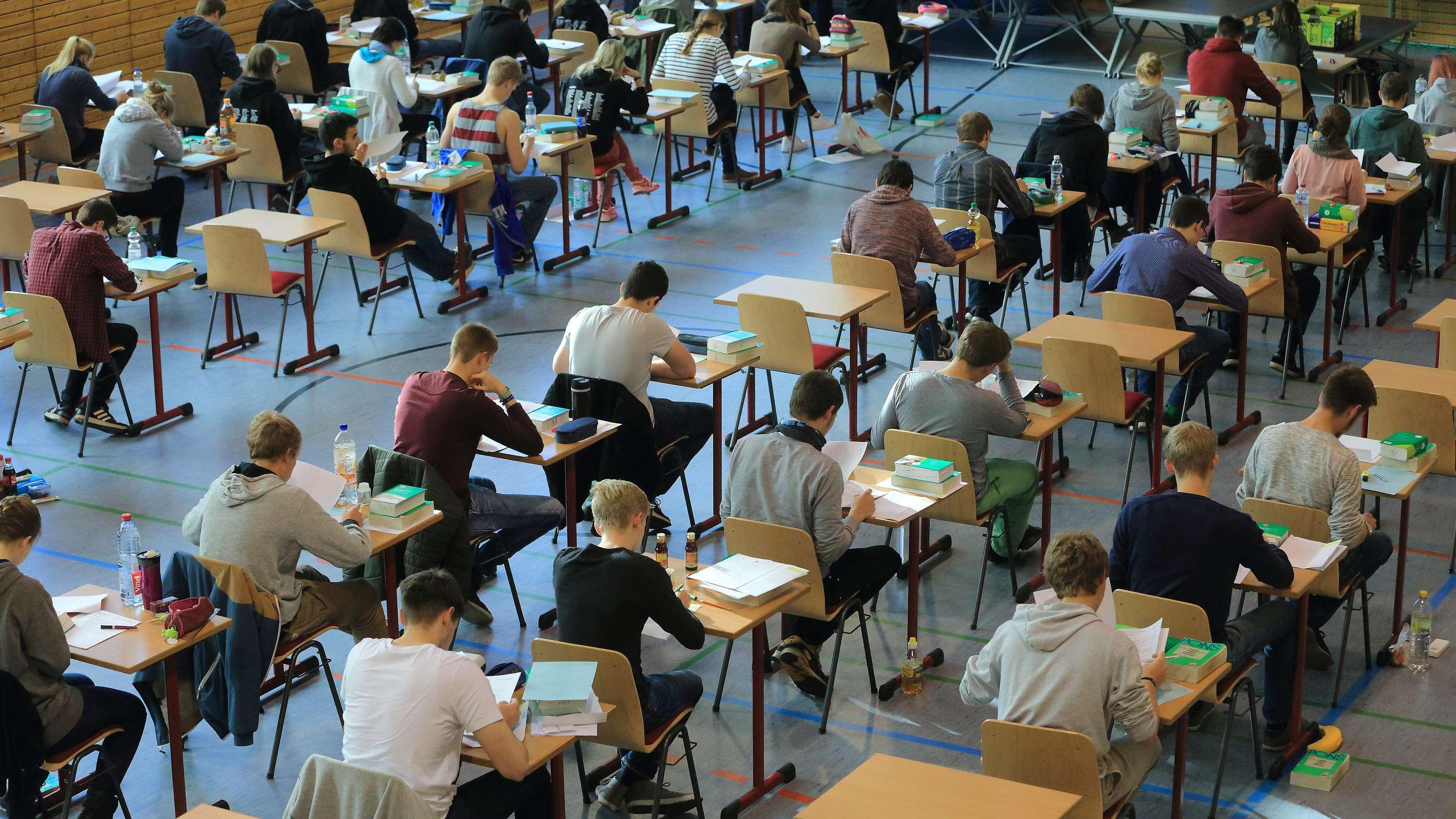 Abiturprüfung in einer Turnhalle.