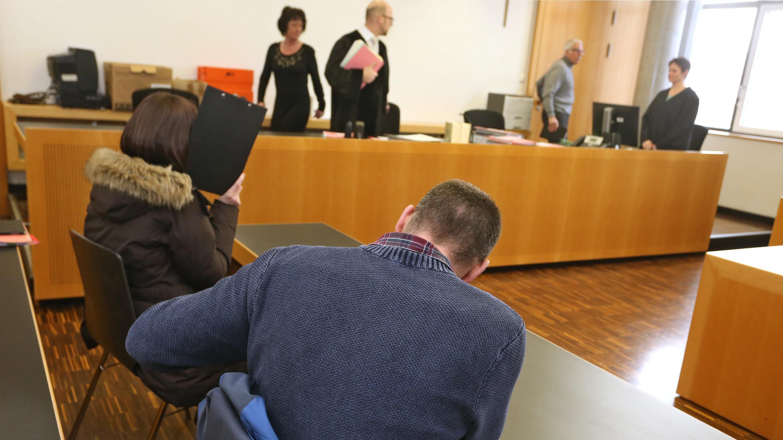 Die Angeklagten im Gerichtssaal des Amtsgerichts Augsburg