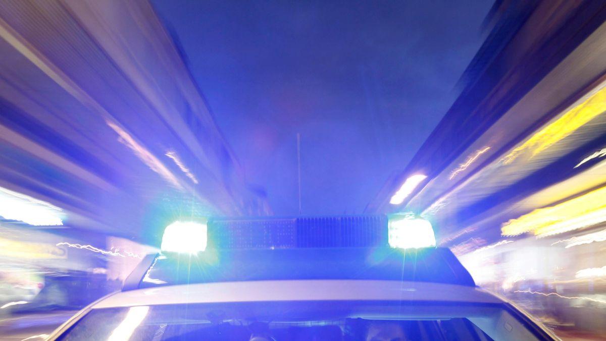 Streifenwagen der Polizei bei einer Alarmfahrt mit Blaulicht