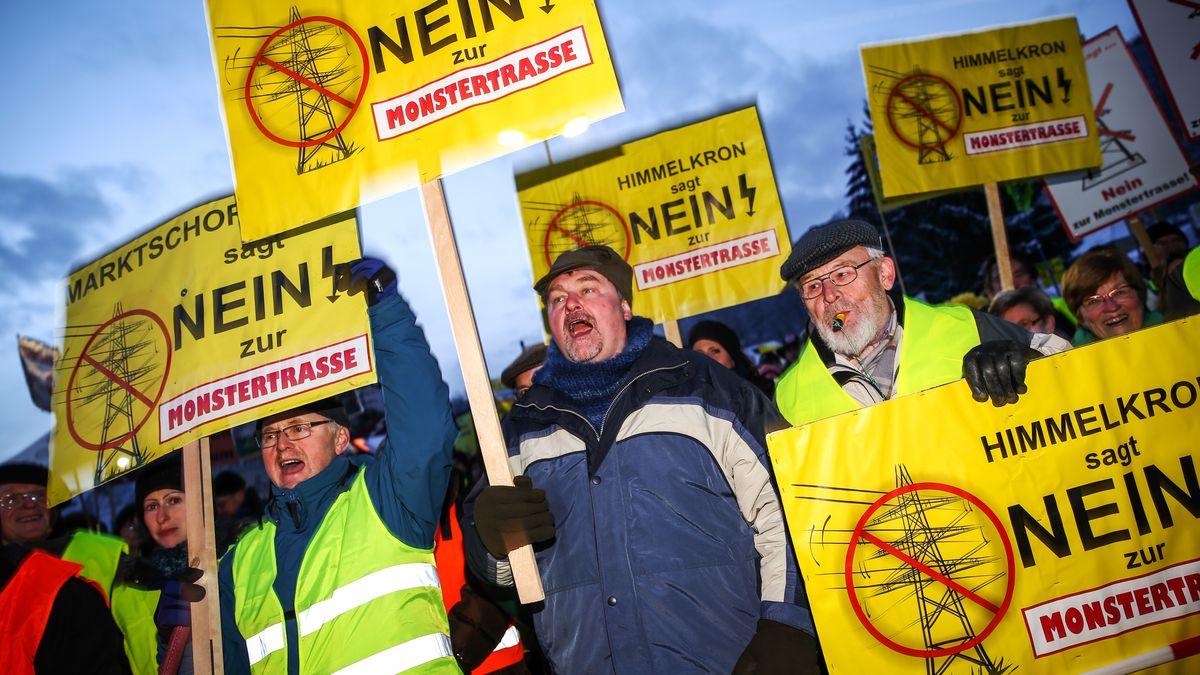 Demonstranten protestieren gegen die geplante Gleichstromtrasse Süd-Ost.