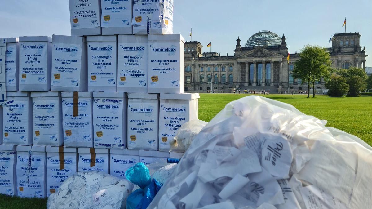 Kartons voller Kassenzettel vor dem Reichstagsgebäude