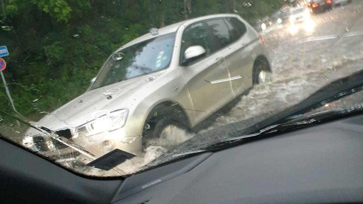 Autofahren wurde bei überfluteten Straßen stellenweise sehr schwierig.