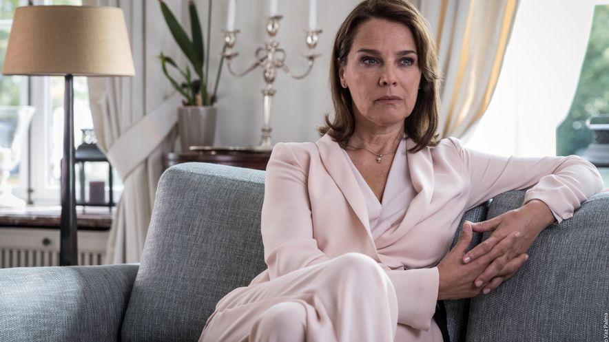 Désirée Nosbusch sitzt auf einer Couch in einer eleganten Wohnung