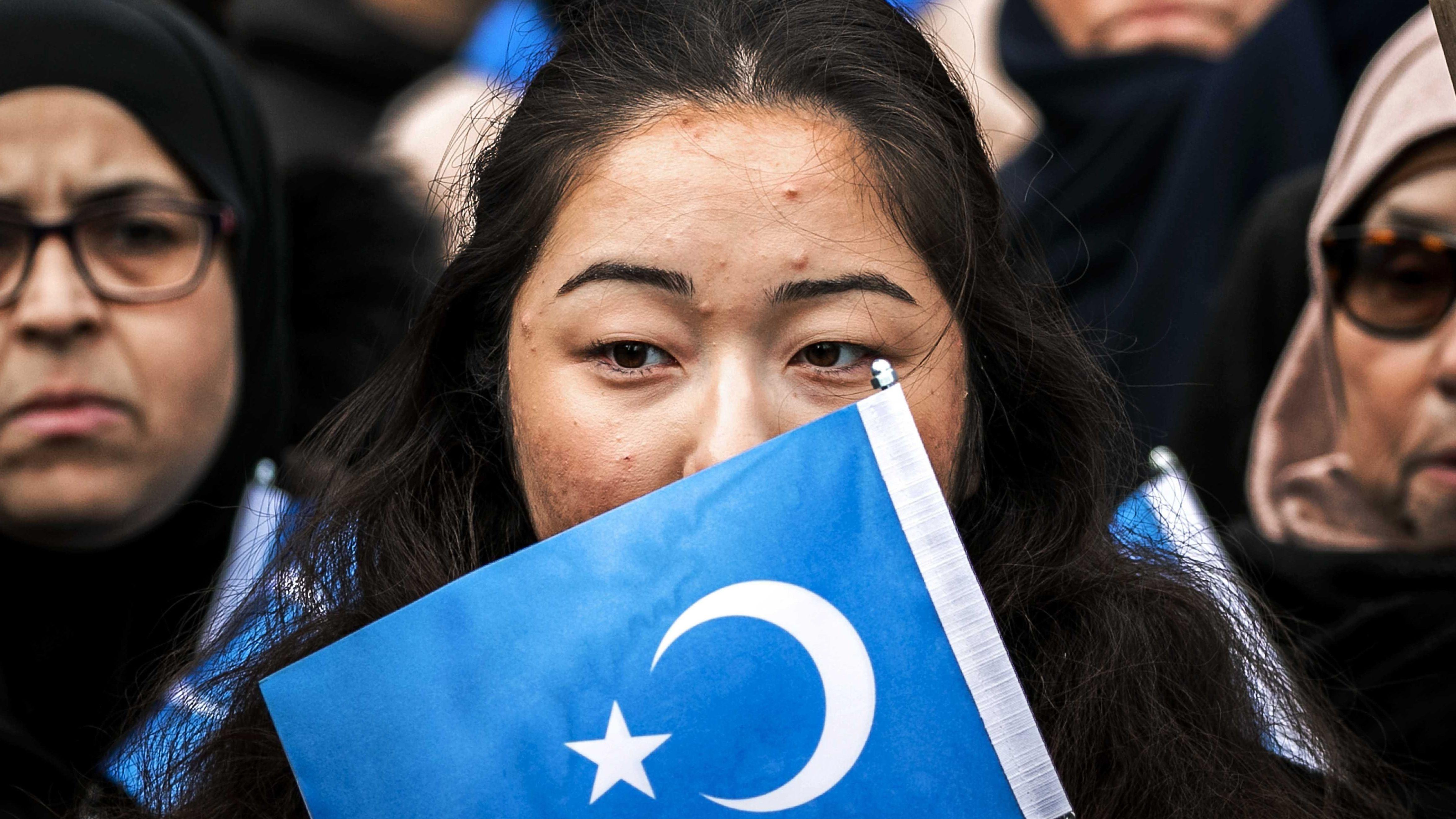 Uiguren und Sympathisanten demonstrieren auf dem Damm. Sie setzen sich gegen die Unterdrückung der Uiguren in China durch die Regierung dieses Landes ein. (Archivfoto)