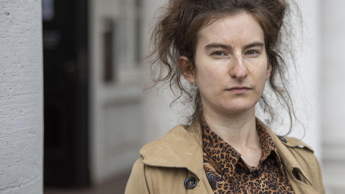 Autorin Deniz Ohde blickt, im Freien stehend, ernst in die Kamera