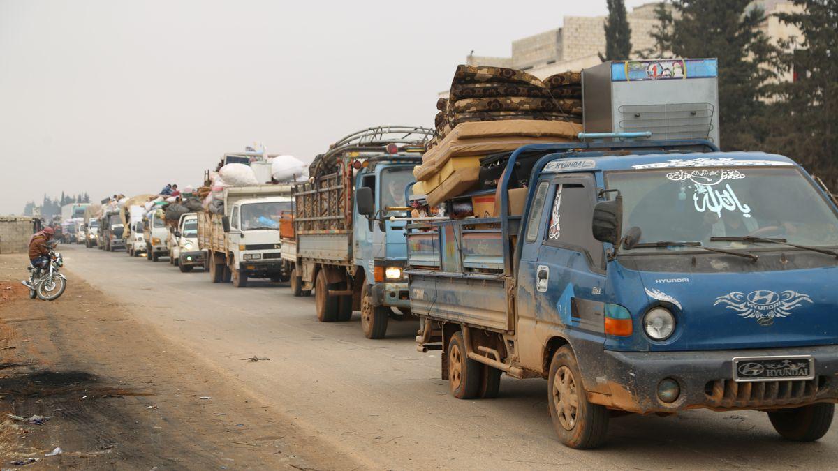 Eine Schlange von Lastwagen mit der persönlichen Habe von Flüchtlingen im Norden der Provinz Idlib.
