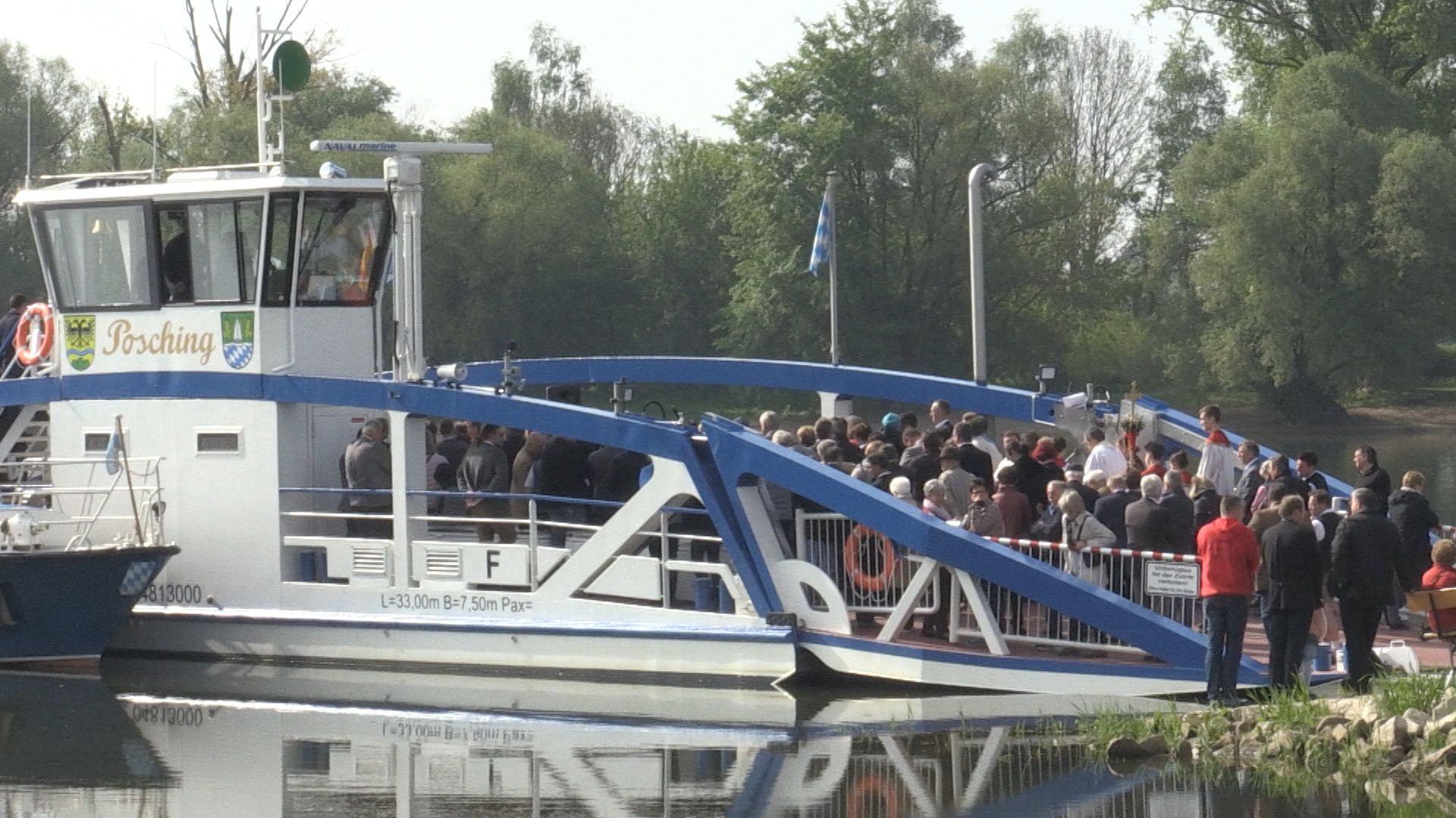 """Vor drei Jahren ist die Donaufähre zwischen Mariaposching und Stephansposching gesunken. Jetzt ist die neue Motorfähre """"Posching"""" getauft."""