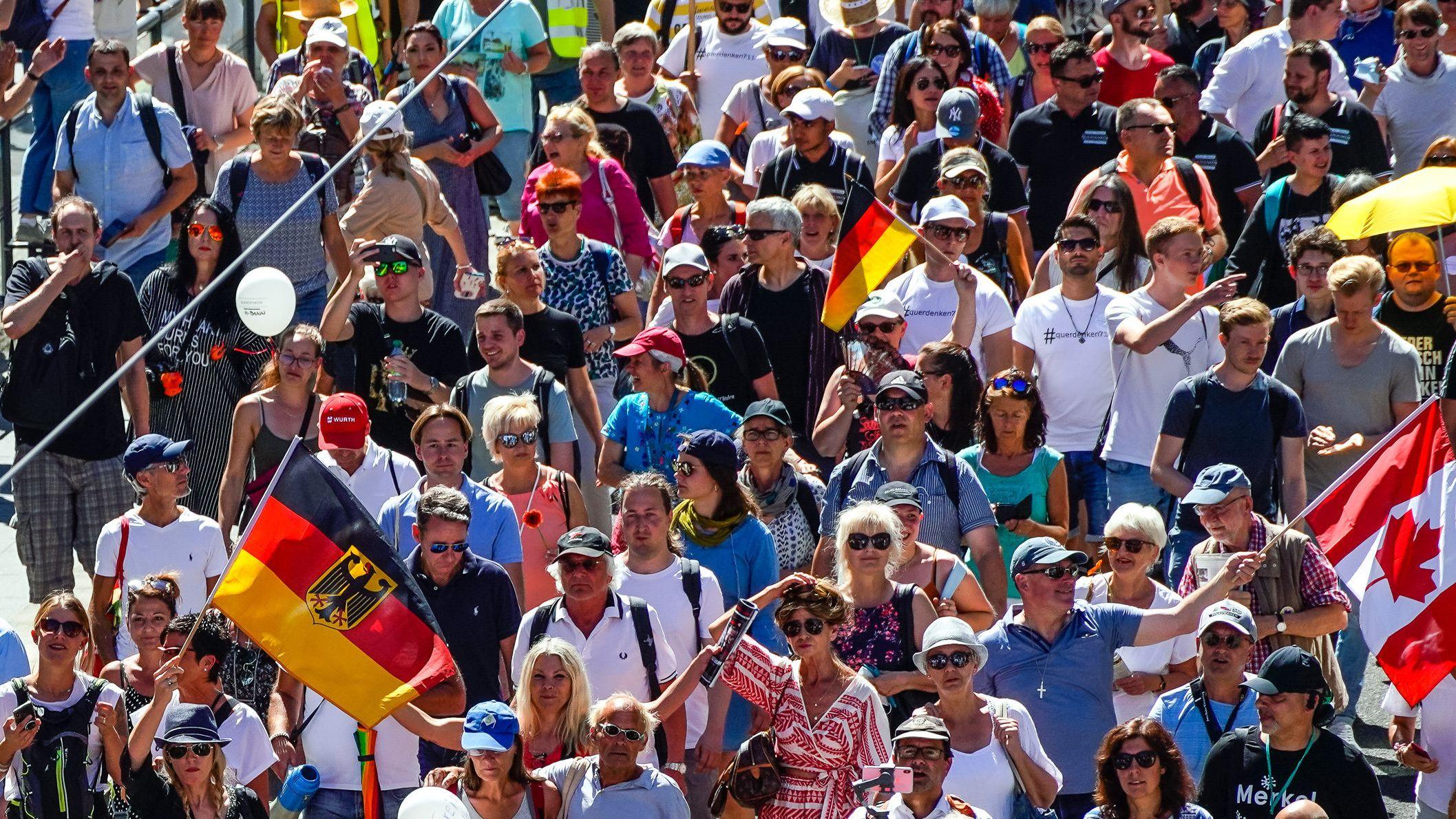 """Bei der Demo der """"Querdenker""""-Bewegung in Berlin am 1. August trugen viele Teilnehmerinnen keine Masken."""