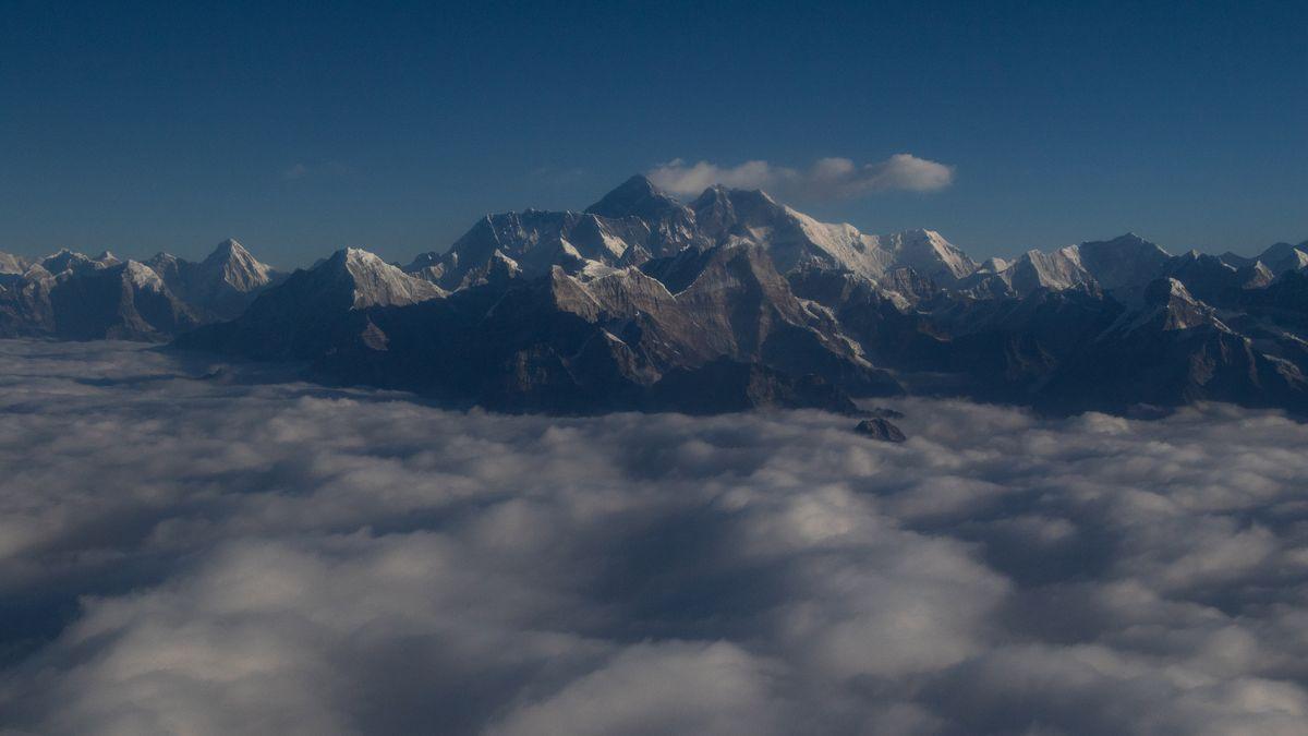 Das Bild zeigt den Mount Everest im Himalaya-Gebirge. Wie hoch er wirklich ist, hat eine neue Messung vor kurzem ergben: 8848,86 Meter. Möglich gemacht wurde dies auch durch ein neues Referenzsystem für Höhenmessungen, dem ein einheitlicher Meeresspiegel weltweit zugrunde liegt: das IHRS.
