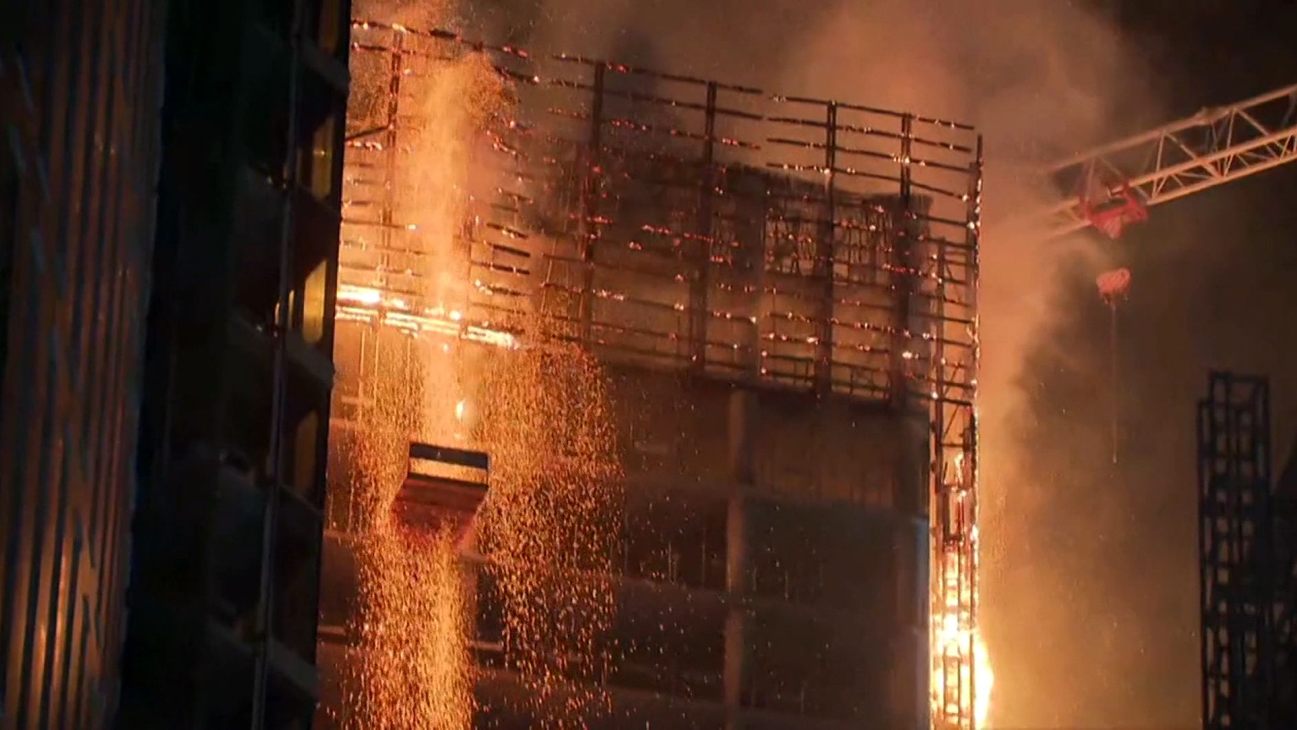 Hochhausbrand in Warschau: Feuer in hundert Metern Höhe