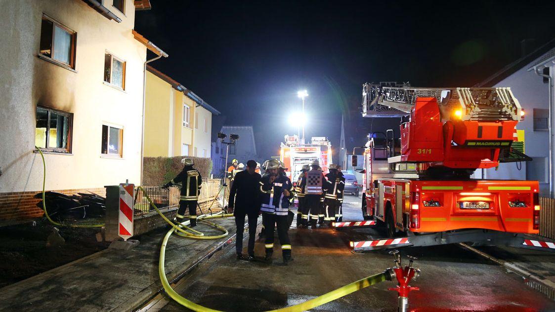 Einsatzkräfte der Feuerwehr an dem Wohnhaus in Goldbach