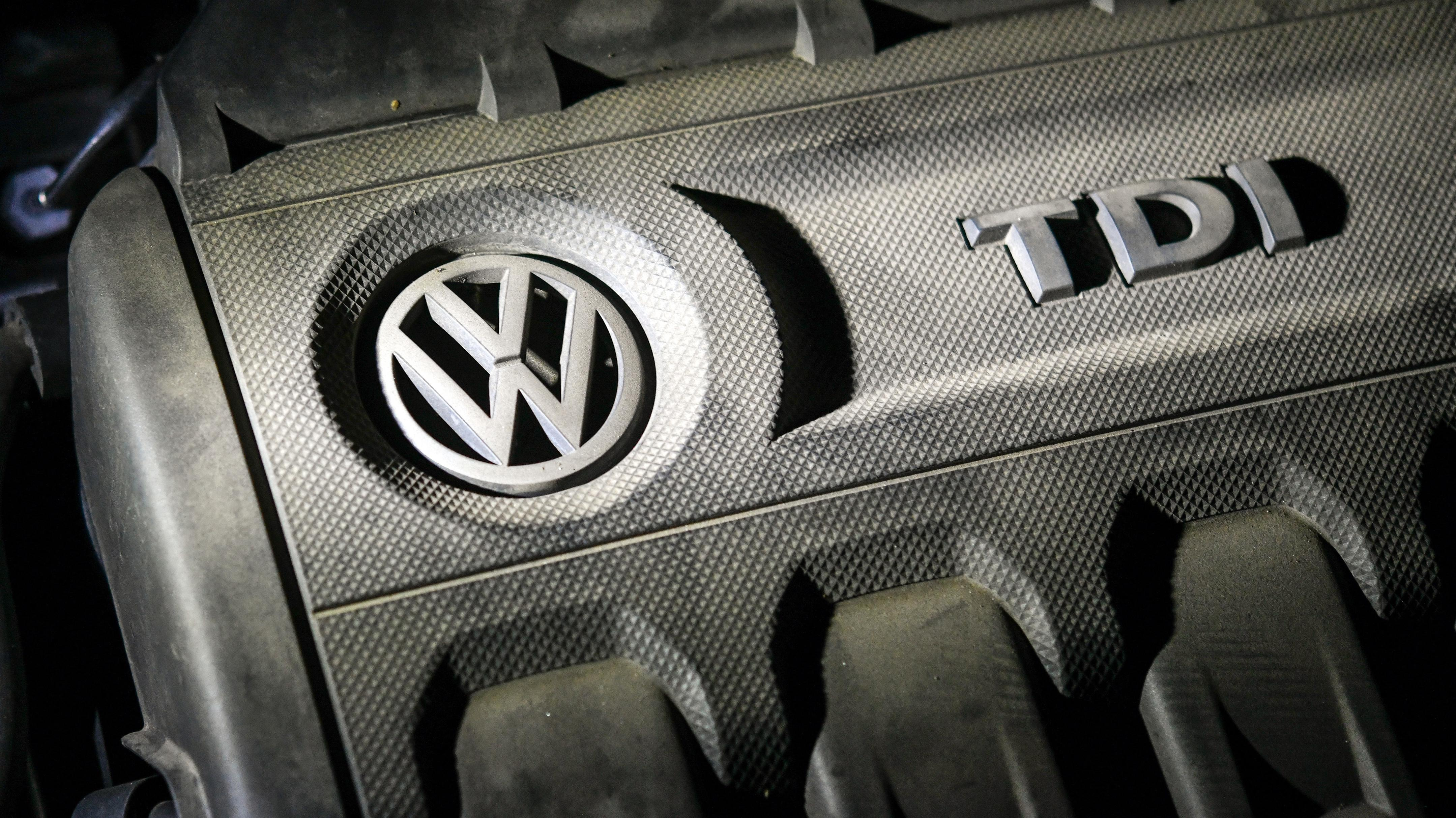 VW-Logo auf einem Dieselmotor