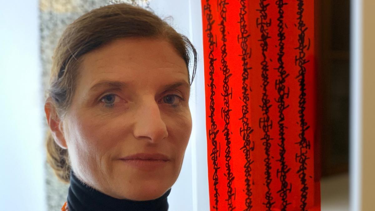 """Die Künstlerin Anja Verbeek von Loewis ist auf der Suche nach dem """"Roten Faden""""."""