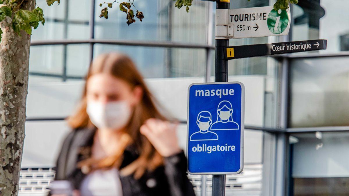 Belgien, Lüttich: Eine Informationstafel weist auf die Maskenpflicht im Stadtzentrum von Lüttich hin. Die Stadt unweit der deutschenGrenze meldet stark ansteigende Zahlen vonCorona-Fällen.