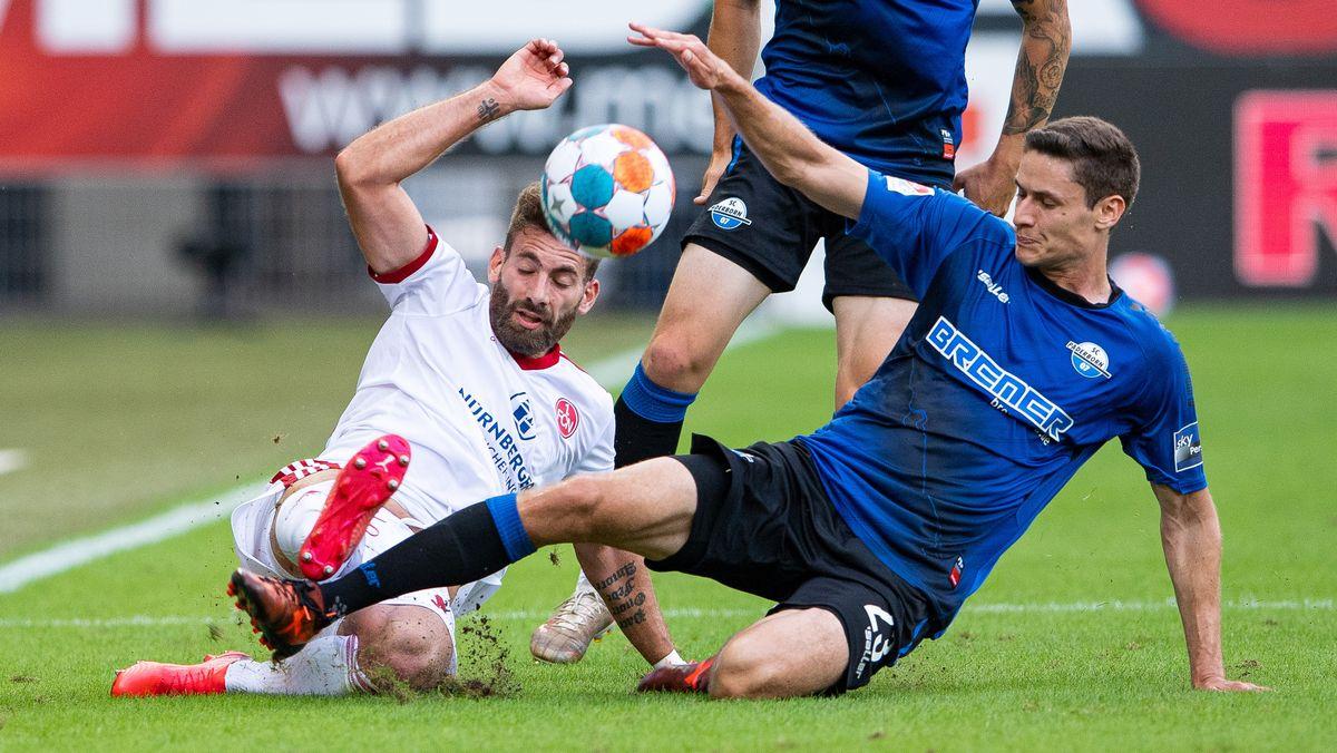 Nürnbergs Enrico Valentini (links) und Paderborns Maximilian Thalhammer kämpfen um den Ball.