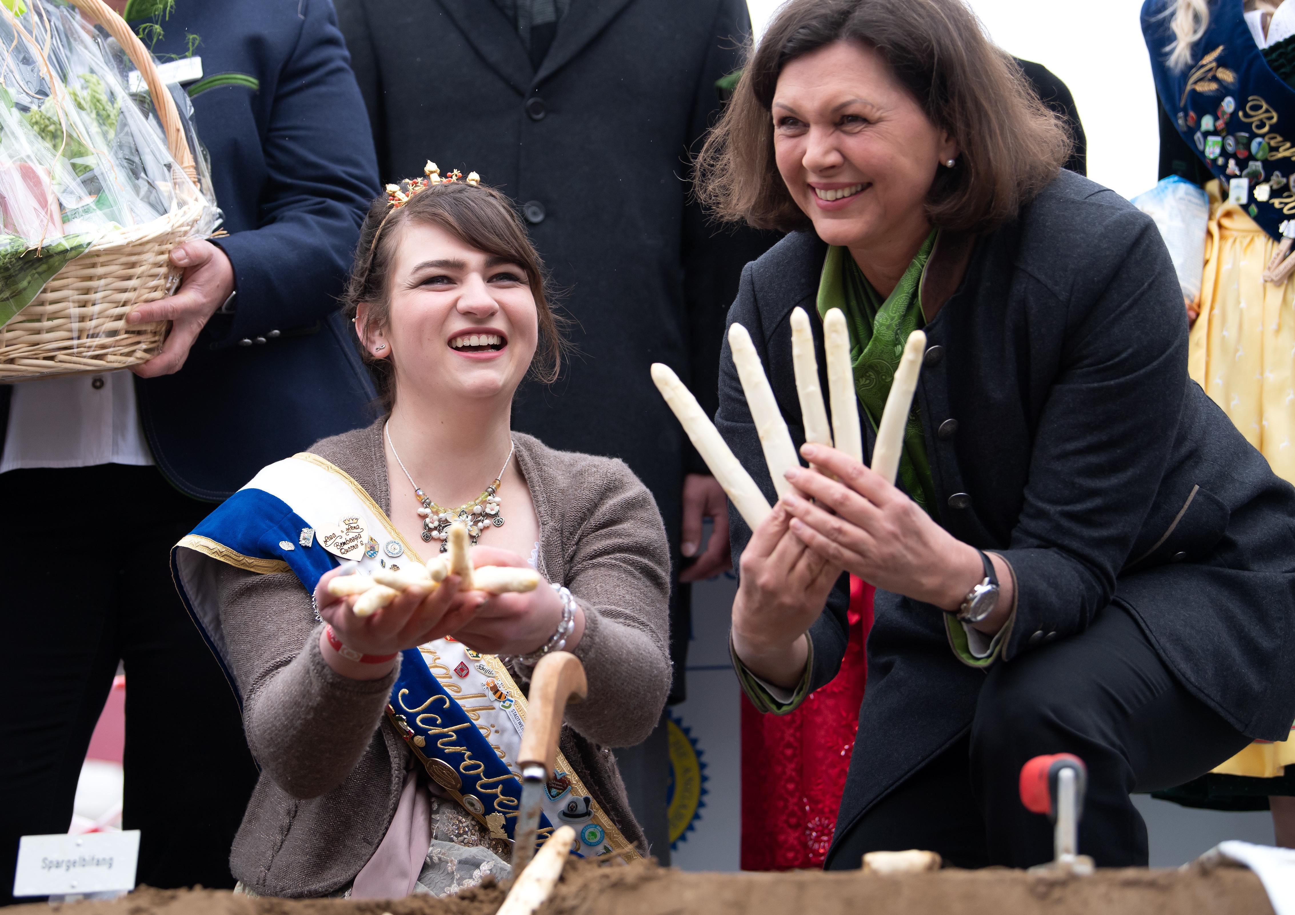 Eröffnung der Spargelsaison auf dem Viktualienmarkt: Ilse Aigner (r, CSU), Präsidentin des bayrischen Landtages, und Lena Hainzlmair, Spargelkönigin von Schrobenhausen