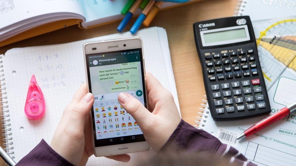 Handy in der Schule (Symbolbild)