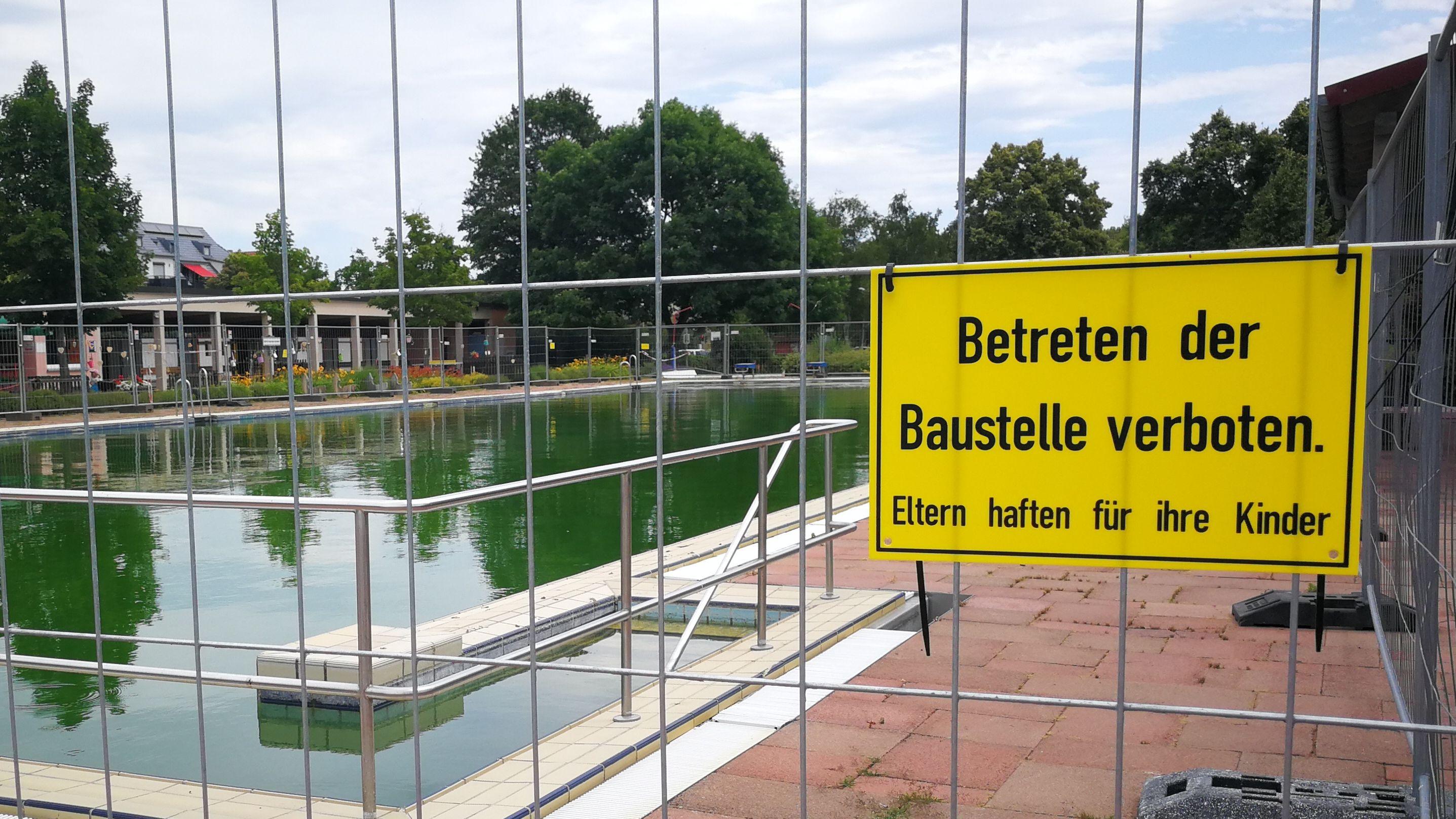 Abgesperrtes Sportbecken im Volkacher Freibad