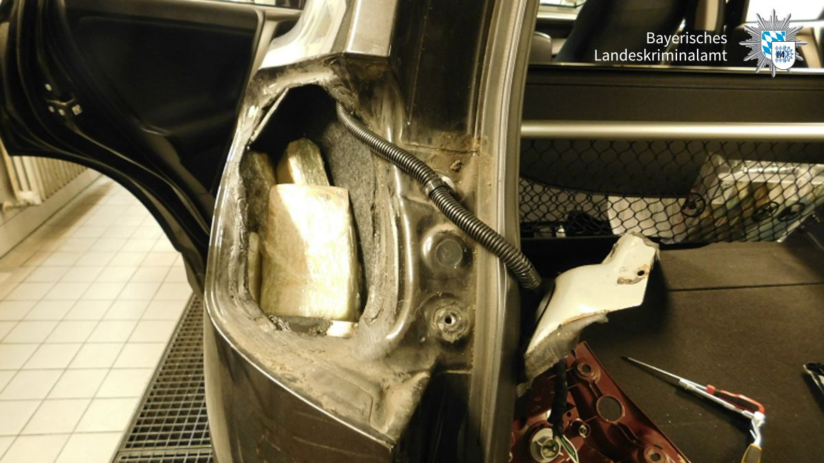 Schmugglerversteck für Geld im Auto eines Verdächtigen
