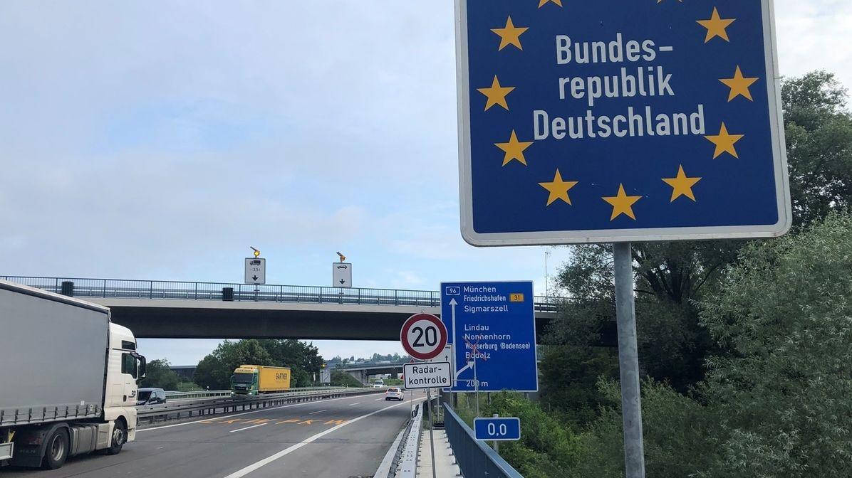 Auch zwei Tage nachdem die Grenzkontrollen aufgrund der Corona-Pandemie wegfallen sollten, ist die Ausfahrt an der Grenze bei Lindau immer noch gesperrt.