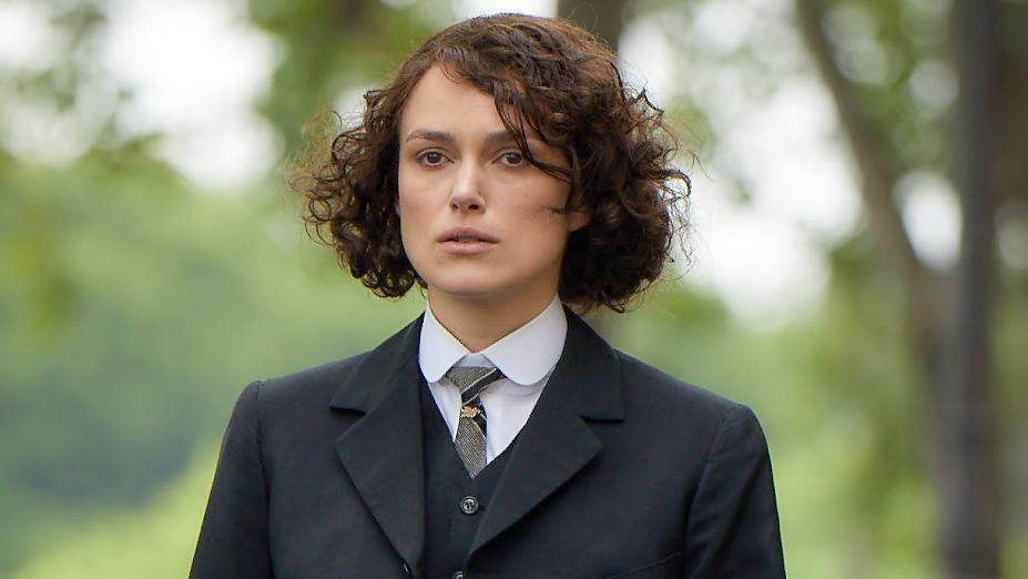 Szene aus dem Film: Colette trägt einen schwarzen Anzug und kurze Haare.