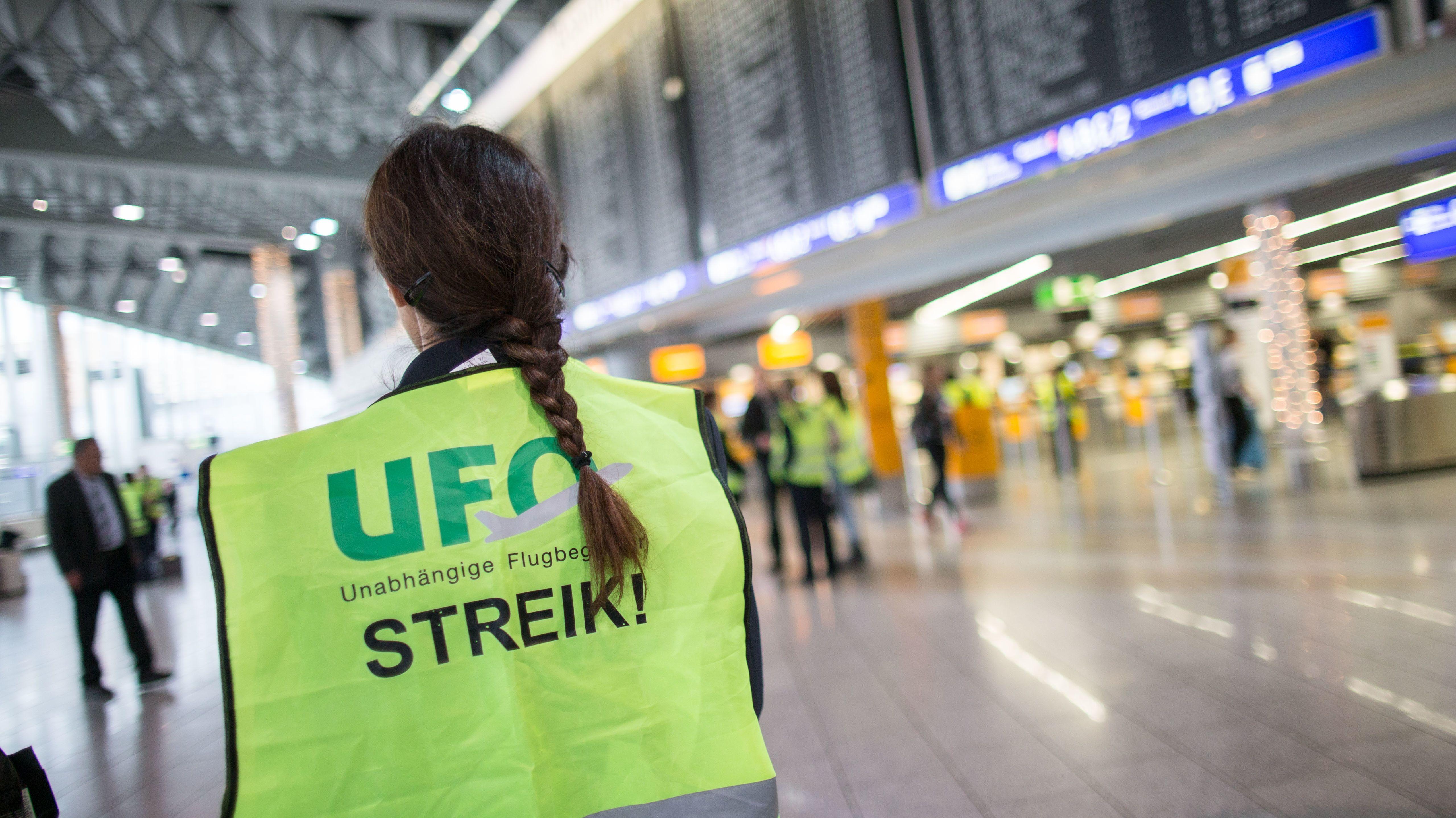 Frau mit Streikweste der Gewerkschaft Ufo am Flughafen Frankfurt/Main