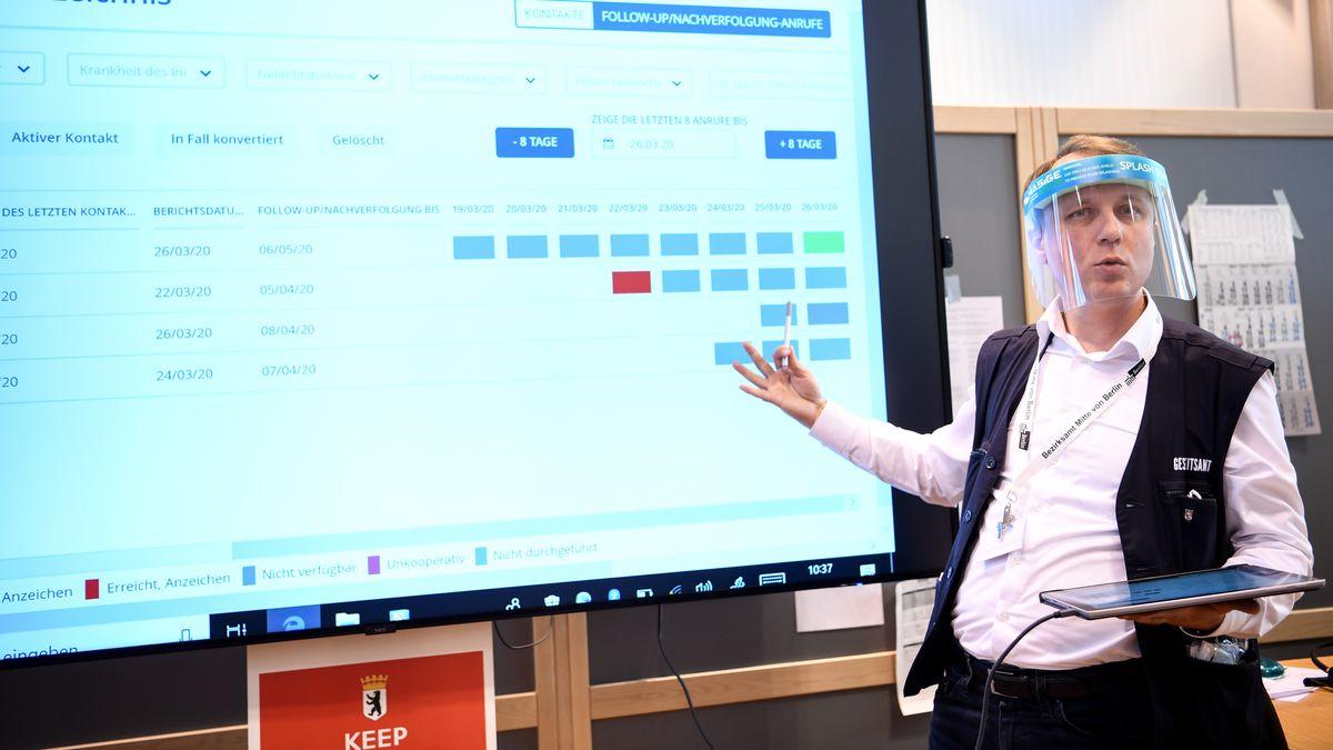 27.04.20: Ein Amtsarzt erläutert die Software SORMAS im Berliner Gesundheitsamt Mitte - künftig soll diese bayernweit zum Einsatz kommen.