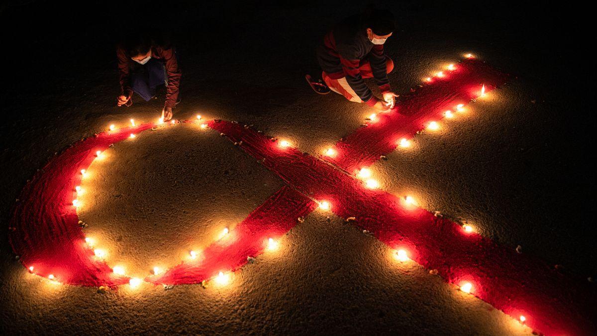 Rotes Band aus Kerzen