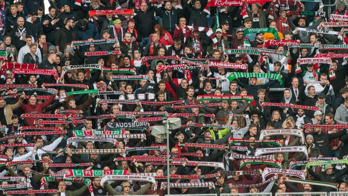 Fußballfans in Augsburg beim Heimspiel gegen Bielefeld