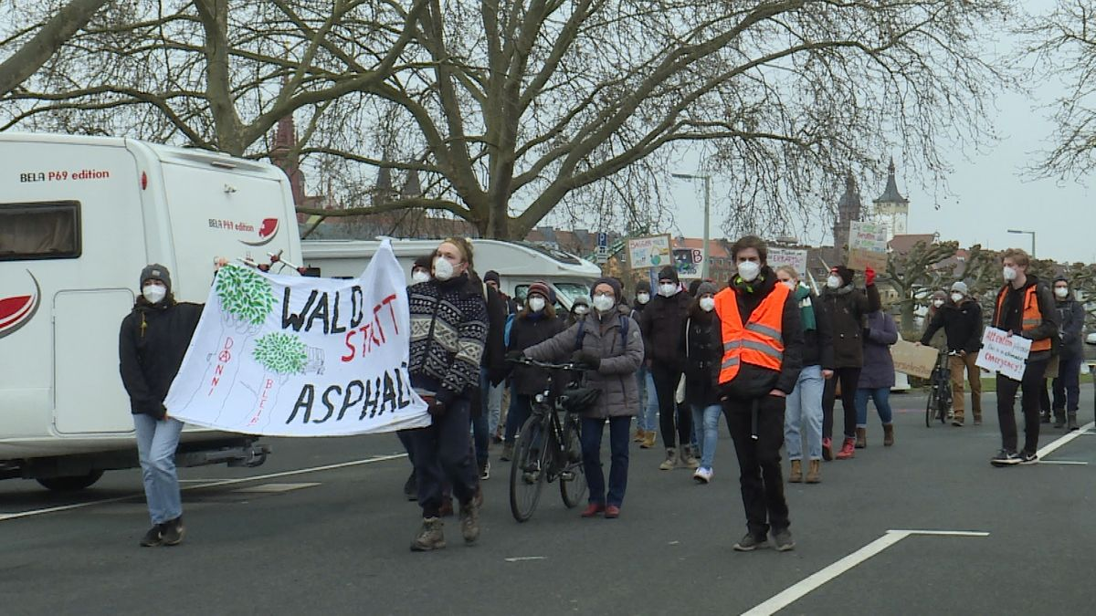"Demonstrationszug der ""Fridays For Future""-Aktivisten durch Würzburg"