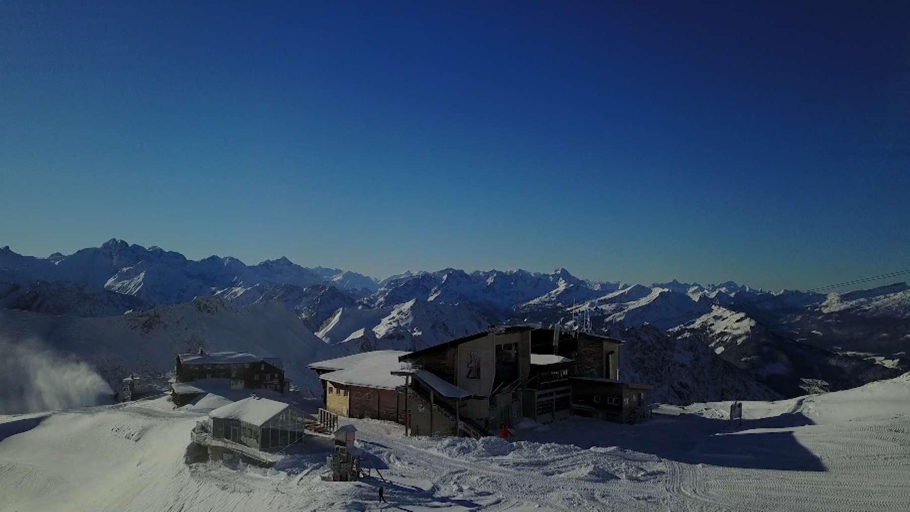 Die Bergstation Nebelhorn bei strahlendem Sonnenschein