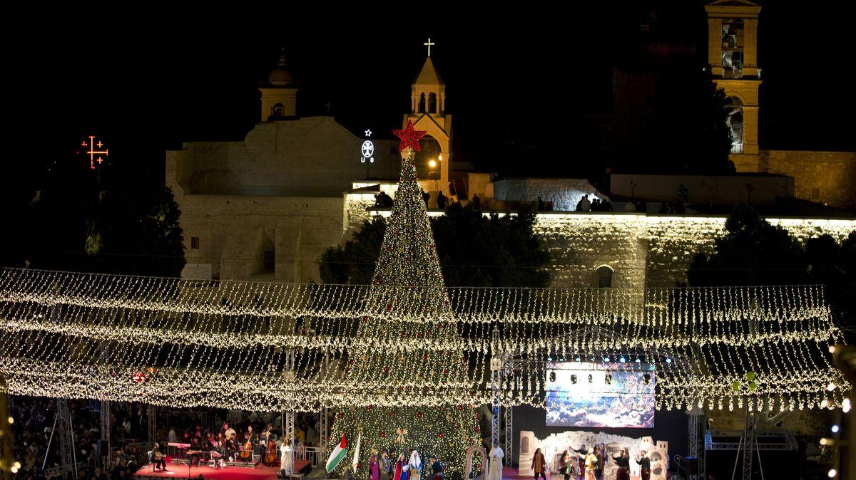 Ein Weihnachtsbaum vor der Geburtskirche in Bethlehem, die traditionell von Christen als Geburtsort Jesu Christi angesehen wird.