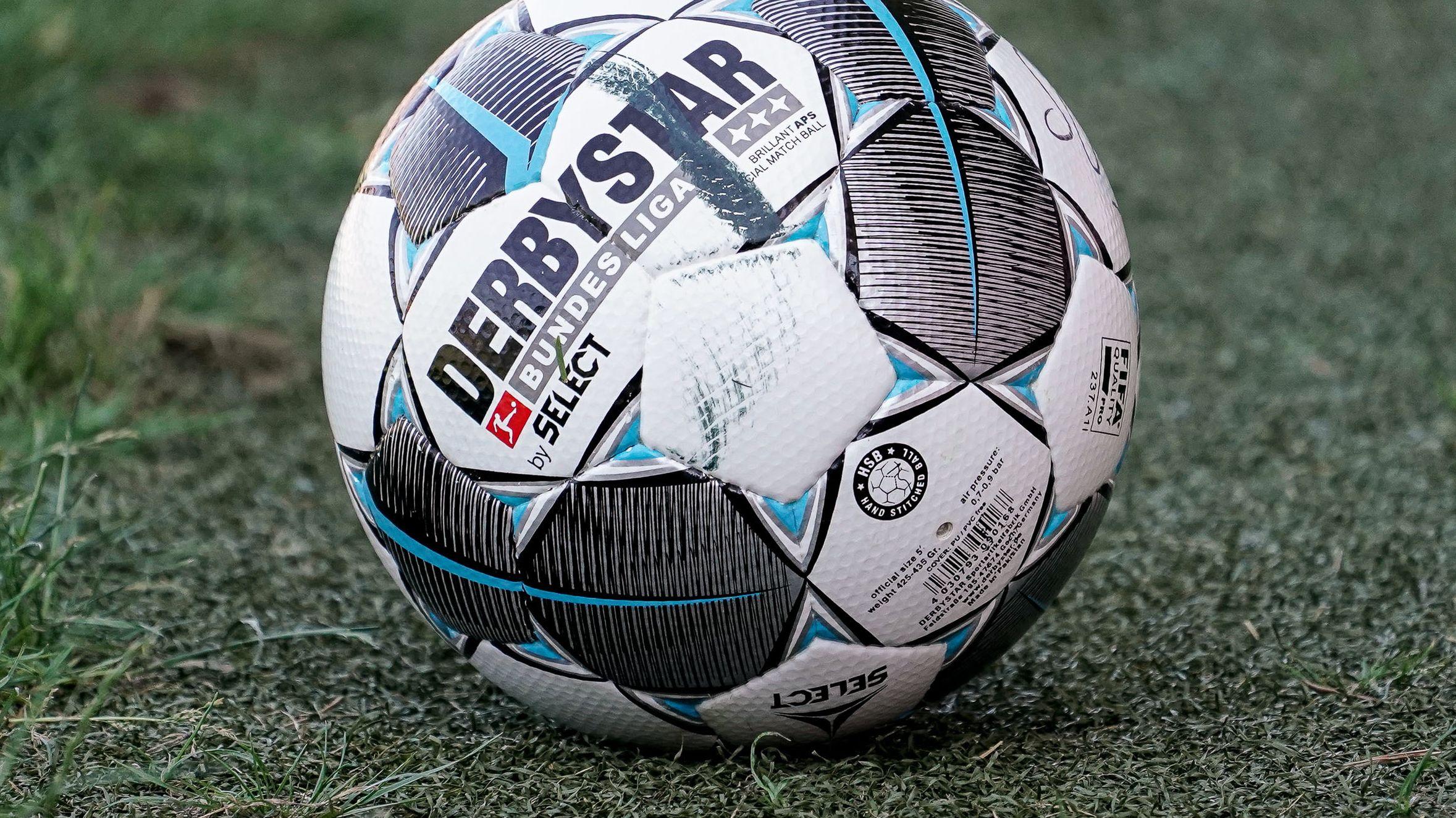 Fußball auf Kunstrasen liegend