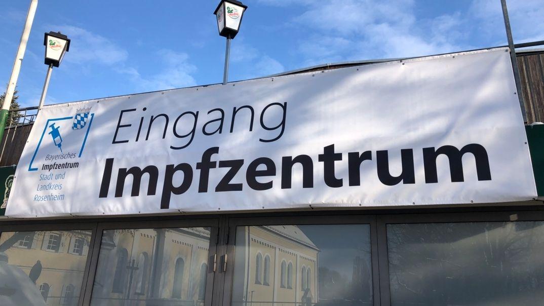 Banner am Eingang des Corona-Impfzentrums in Rosenheim.