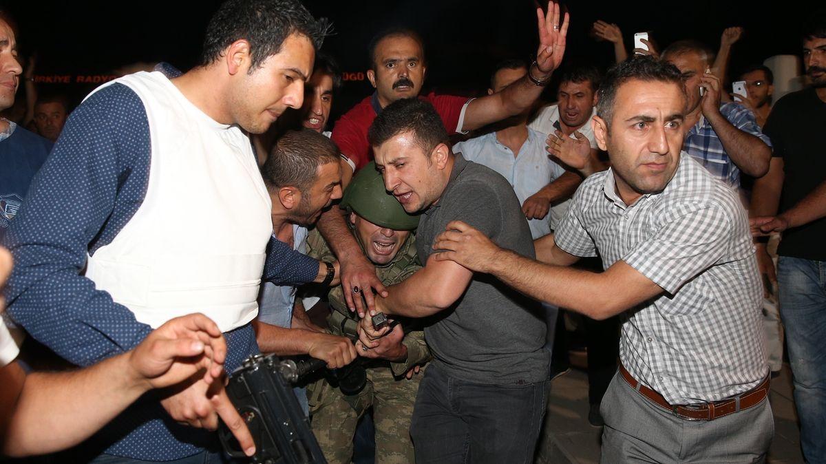 16. Juli 2016: Soldaten werden nach dem gescheiterten Putschversuch am Staatlichen Rundfunkgebäude in Ankara überwältigt.