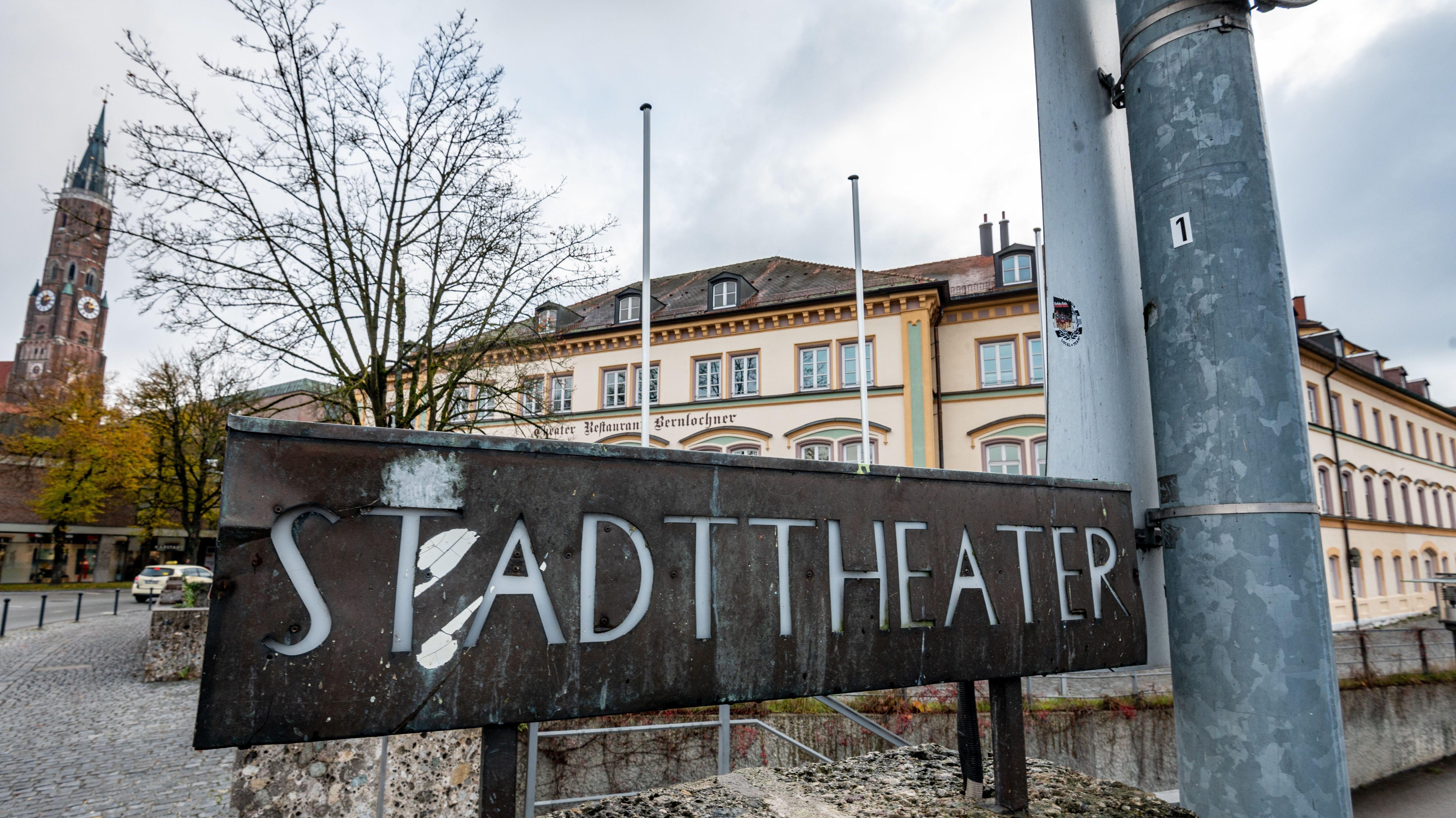 """Ein Schild mit der Aufschrift """"Stadttheater"""" steht vor dem sanierungsbedürftigen Gebäude."""