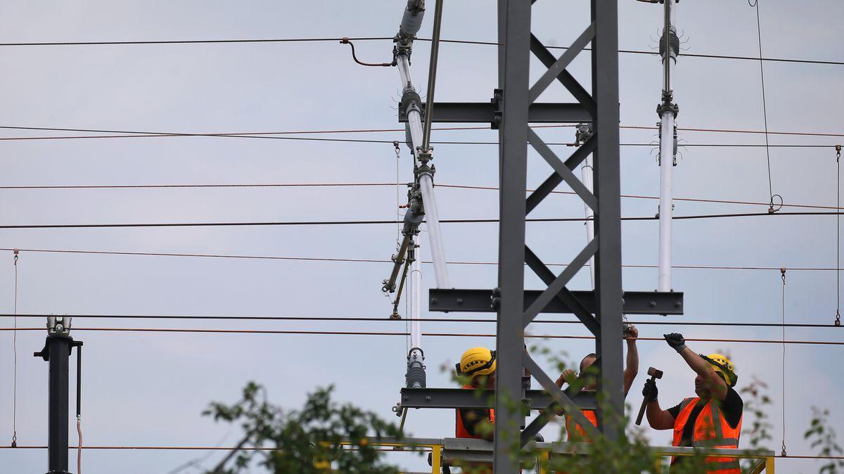 Techniker arbeiten an der Bahnstrecke München-Lindau an den neuen Stromleitungen.