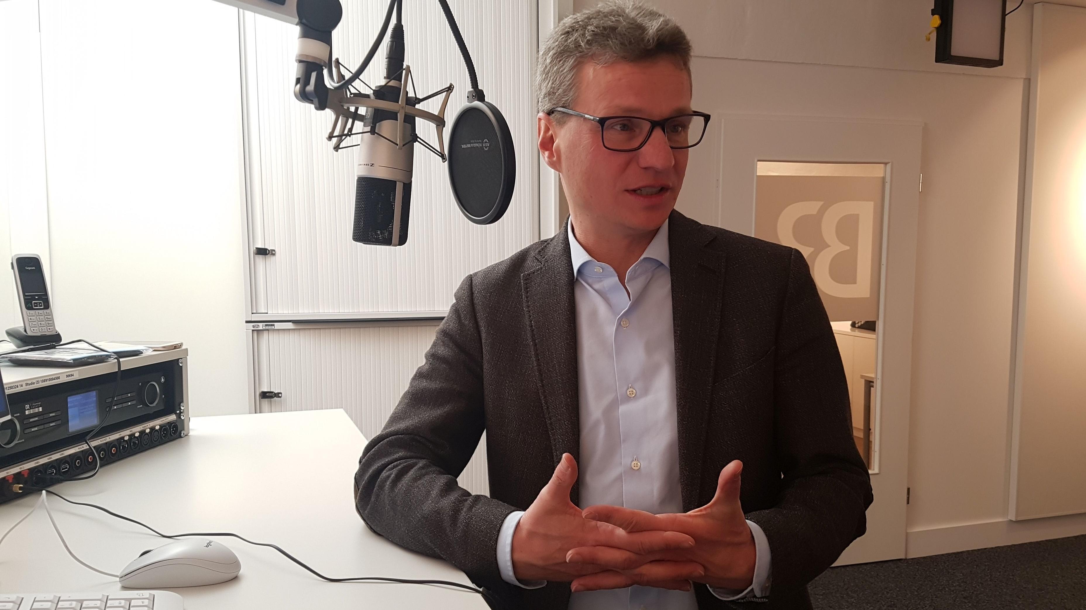 Wissenschaftsminister Bernd Sibler im BR-Studio Niederbayern im Interview.