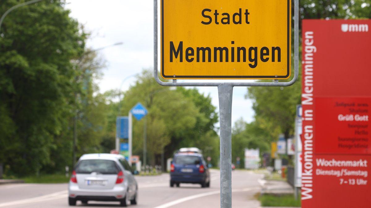 """Verkehrsschild auf dem """"Stadt Memmingen"""" steht"""