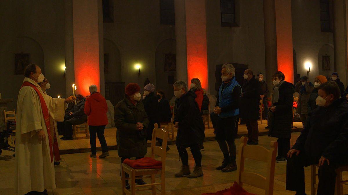 An Mariä Lichtmess und zum Gedenktag des Heiligen Blasius wird in der katholischen Kirche traditionell der Blasius-Segen gespendet.