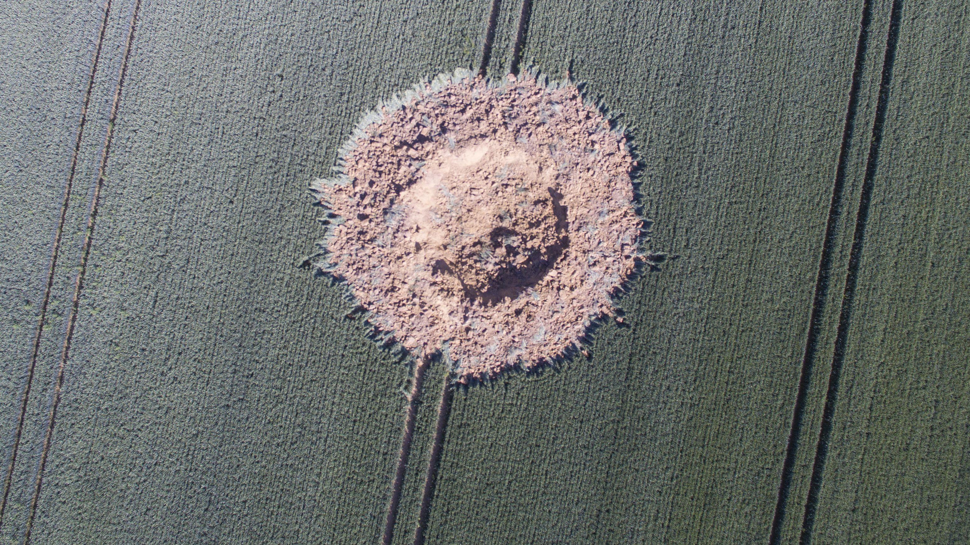 Krater nach Explosion einer Weltkriegsbombe