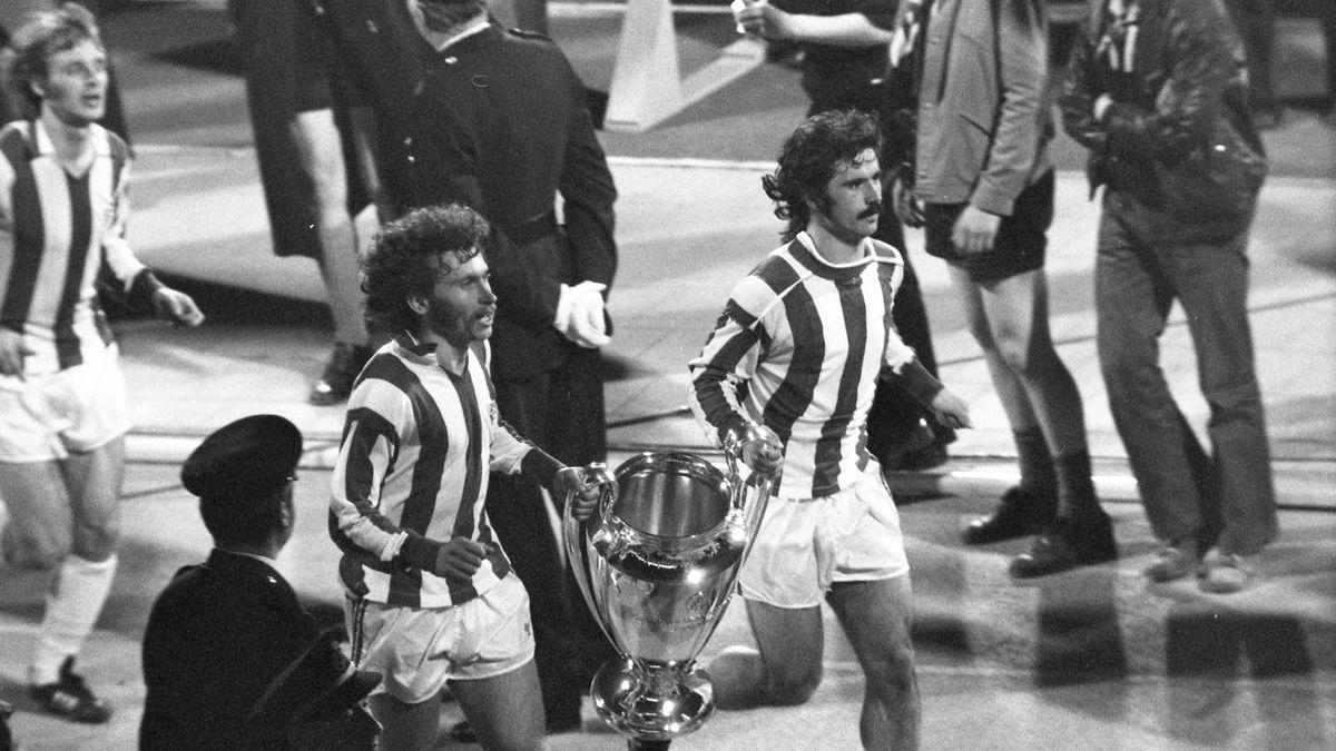 Paul Breitner und Gerd Müller laufen eine Ehrenrunde mit dem Pokal der Landesmeister 1974.