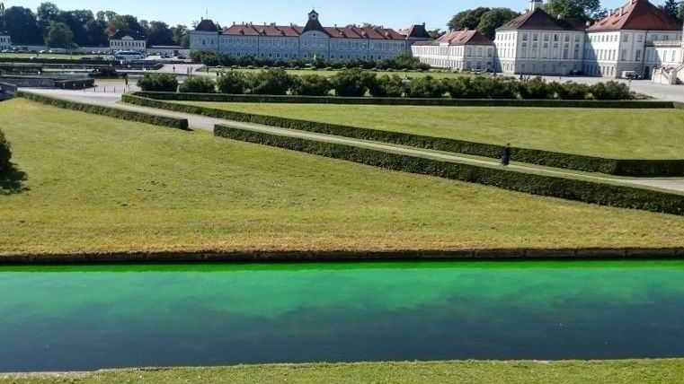 Grün eingefärbter Schlosskanal - im Hintergrund Schloss Nymphenburg