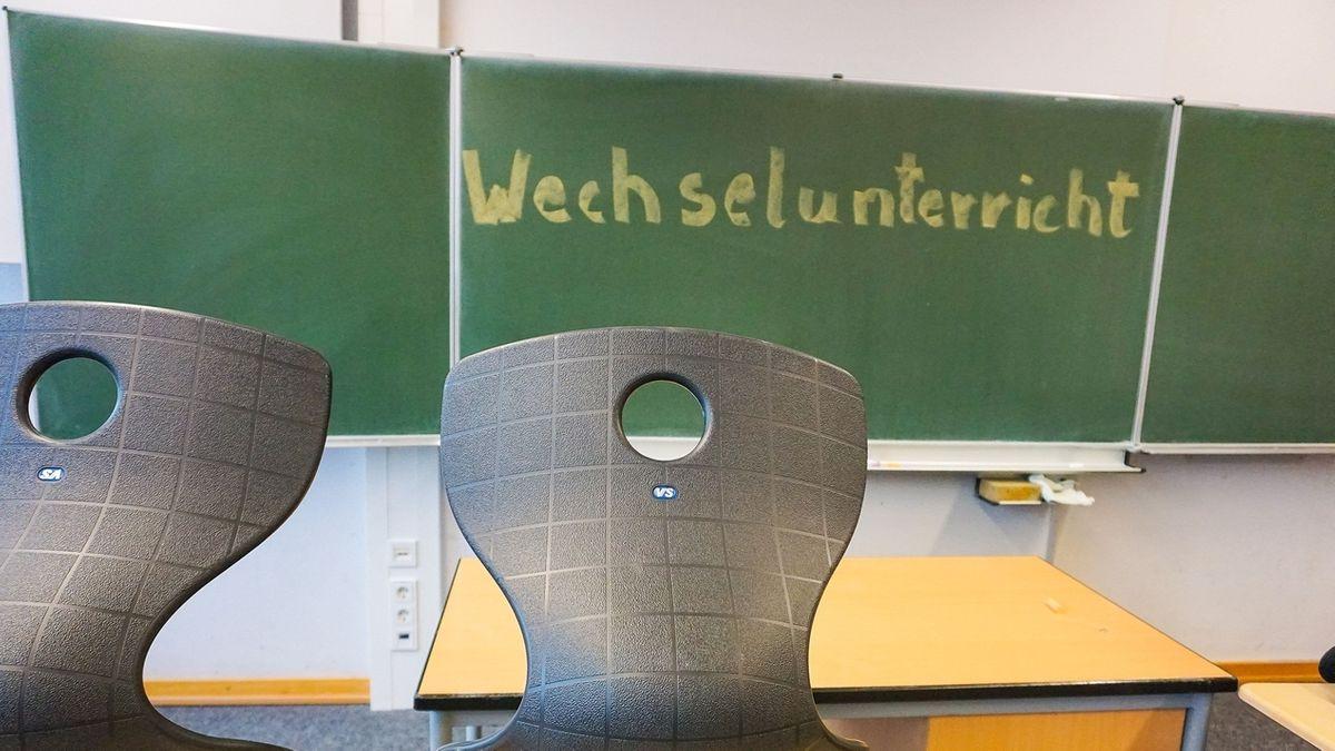 Auf einer Schultafel steht Wechselunterricht.