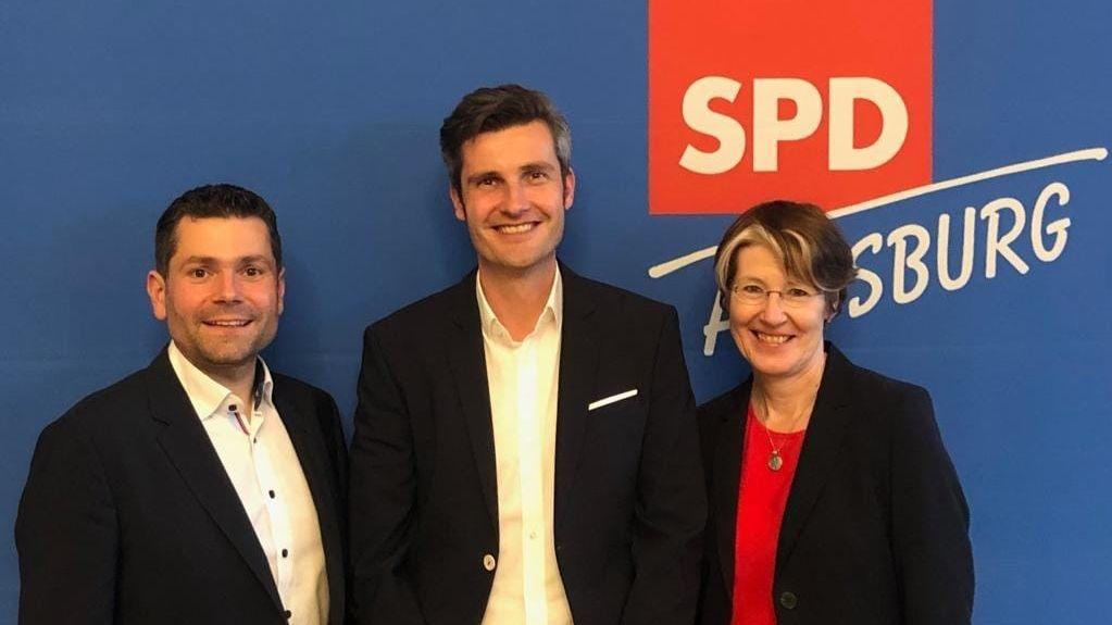 Dirk Wurm (Mitte) kandidiert für das OB-Amt Augsburg. Links Stadtrat Florian Freund, rechts MdB Ulrike Bahr.